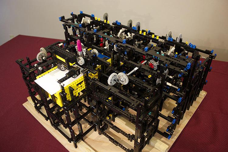 مهندس فى شركة أبل يقوم ببناء حاسب ميكانيكى باستخدام قطع مكعبات الليجو