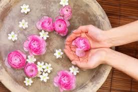 برنامج يومي رائع لاستخدام الماء الورد للحافظ على نظارة وجمال بشرتك وشعرك